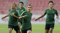 Pemain Timnas Indonesia, Riko Simanjuntak, berlari saat latihan di Stadion Rajamangala, Bangkok, Jumat, (16/11). Latihan ini persiapan jelang laga Piala AFF 2018 melawan Thailand. (Bola.com/M. Iqbal Ichsan)