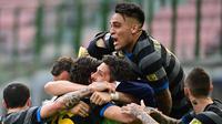 Para pemain Inter Milan merayakan gol yang dicetak Matteo Darmian ke gawang Verona dalam laga giornata 33 Serie A, Minggu (25/4/2021). Inter Milan menang 1-0 dalam pertandingan ini. (MIGUEL MEDINA / AFP)