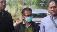 Bupati Mesuji Khamami (tengah) tiba di Gedung KPK, Jakarta, Kamis (24/1). Khamami memilih langsung masuk ke dalam lobi Gedung KPK dan menjalani pemeriksaan secara intensif. (Merdeka.com/Dwi Narwoko)