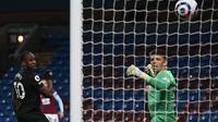 Aksi striker West Ham, Michail Antonio saat mencetak gol ke gawang Burnley pada laga lanjutan Liga Inggris, Selasa (04/05/2021) dini hari WIB. (GARETH COPLEY / POOL / AFP)