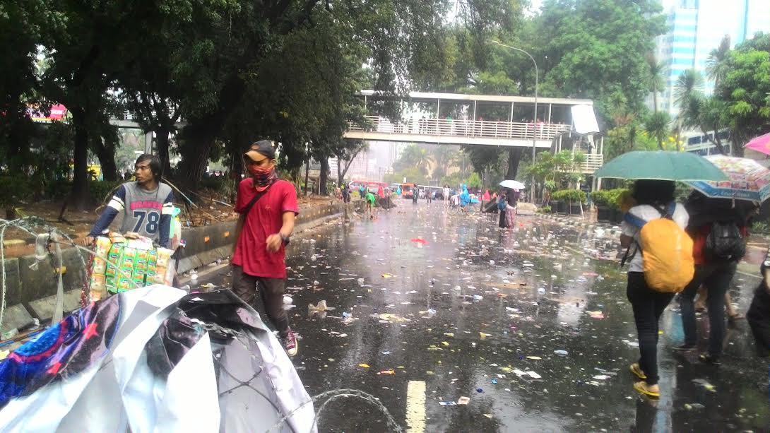 Pasukan Pelangi membersihkan sampah usai demo buruh (Liputan6.com/ Ahmad Romadoni)