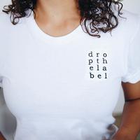 T-shirt putih (Photo by Drop the Label Movement on Unsplash)