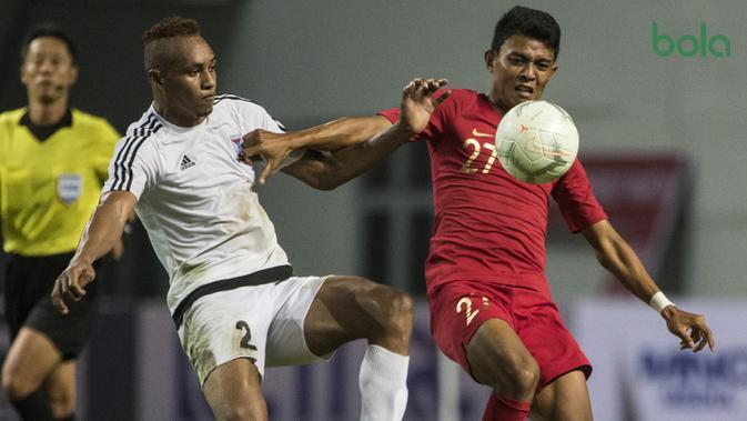 Striker Timnas Indonesia, Dedik Setiawan, berusaha mengontrol bola saat melawan Mauritius pada laga uji coba di Stadion Wibawa Mukti, Jawa Barat, Selasa (11/9/2018). Indonesia menang 1-0 atas Mauritius. (Bola.com/Vitalis Yogi Trisna)