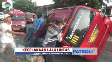 Seorang penumpang angkot jurusan Muara Baru-Muara Angke tewas usai angkot terguling menabrak pagar pembatas jalan.