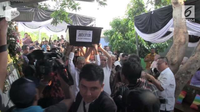 Jenazah Jannatun Cintya Dewi, salah satu korban jatuhnya pesawat Lion Air JT 610 yang berhasil diidentifikasi asal Sidoarjo Jawa Timur, tiba dirumah duka disambut isak tangis kerabat dan tetangga kamis pagi (01/11). Jenazah disemayamkan sementara dir...