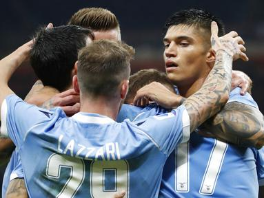 Para pemain Lazio merayakan gol ke gawang AC Milan pada laga Serie A 2019 di Stadion San Siro, MInggu (3/11). Ac Milan takluk 1-2 dari Lazio. (AP/Antonio Calanni)