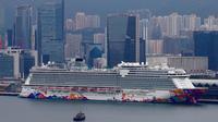 Kapal pesiar World Dream berlabuh di Kai Tak Cruise Terminal, Hong Kong, Rabu (5/2/2020). Hong Kong mengarantina lebih dari 1.800 orang di atas kapal pesiar yang berpaling dari pelabuhan Taiwan tersebut terkait wabah virus corona. (AP Photo/ Vincent Yu)