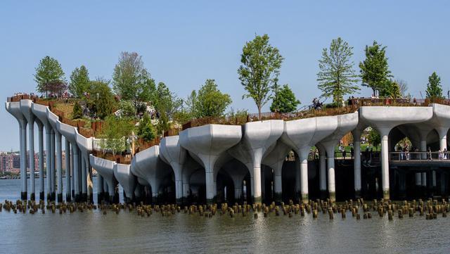 Pemandangan 'Pulau Kecil', taman umum baru dan gratis di Hudson River Park, New York City, Amerika Serikat, 21 Mei 2021. Sebanyak 132 tulip beton besar dipasang pada pilar di tepi Sungai Hudson untuk mengangkat 'Pulau Kecil'. (Angela Weiss/AFP)
