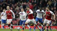 Gelandang Arsenal Aaron Ramsey (tengah) menguasai bola pada laga Liga Inggris melawan Stoke City di Emirates Stadium, Minggu (1/4/2018). (AP Photo/Tim Ireland)