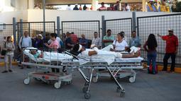 Sejumlah pasien dievakuasi dari sebuah gedung rumah sakit saat terjadi gempa kuat di Veracruz, Meksiko (16/2). Gempa bumi berkekuatan 7,2 Skala Richter (SR) mengguncang Meksiko. (AP Photo/Felix Marquez)