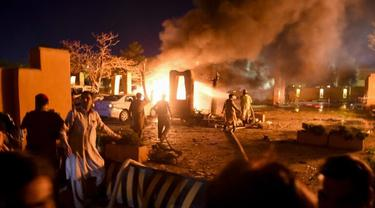 Personel keamanan dan petugas pemadam kebakaran tiba di lokasi ledakan di Quetta. [Banaras Khan / AFP]