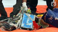 Serpihan pesawat Sriwijaya Air SJ 182 yang dibawa KRI Kurau ditunjukkan di Dermaga JICT 2, Jakarta, Minggu (10/1/2021). Tim SAR Kopaska TNI AL menyerahkan serpihan pesawat Sriwijaya Air SJ 182 yang berhasil dievakuasi ke Basarnas, Kepolisian, dan KNKT. (Liputan6.com/Helmi Fithriansyah)