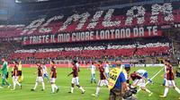 Suporter membentuk tulisan AC milan raksasa saat pertandingan antara AC Milan melawan CSU Craiova pada laga kualifikasi Liga Europa di Stadion San Siro, Milan, Jumat (4/8/2017). AC Milan menang 2-0 atas CSU Craiova. (AP/Daniel Dal Zennaro)