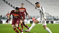 Cristiano Ronaldo dari Juventus menghadapi Roger Ibanez dari Roma selama pertandingan sepak bola Liga Italia di Allianz Stadium di Turin, Italia, Sabtu, 6 Februari 2021. (Marco Alpozzi / LaPresse via AP)