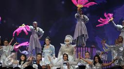 Syahrini dan Melly Goeslaw membuktikan janji mereka untuk tampil heboh di Malam Puncak HUT SCTV ke 26 di Istora Senayan, Jakarta, Rabu (24/8). Keduanya mengenakan busana dengan ornamen mewah. (Liputan6.com/Johan Tallo)