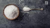 Ini dia manfaat lain dari garam dapur yang bisa Anda coba untuk membersihkan barang di dapur. (Foto: iStockphoto)