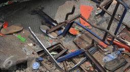 Bagian Metromini yang telah dievakuasi usai terjadi tabrakan maut yang menewaskan 13 orang di perlintasan Angke, Tambora, Jakbar, Minggu (12/6/2015). Saksi menyebut Metromini nekat menerobos palang pintu perlintasan. (Liputan6.com/Gempur M Surya)