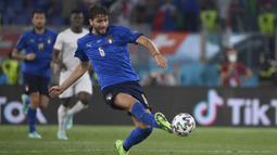 Berpengaruh besar di lini tengah Italia. Bersama Jorginho, Manuel Locatelli menjadi penyuplai bola sempurna dengan akurasi mencapai 90 persen. (Foto: LaPresse via AP/Alfredo Falcone)