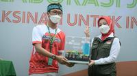 Wakil Ketua Divisi Khusus Percapatan Vaksinasi Jawa Barat Atalia Praratya Ridwan Kamil saat meninjau vaksinasi massal di SMAN 8, di Jalan Solontongan, Kota Bandung, Minggu (8/8/2021).