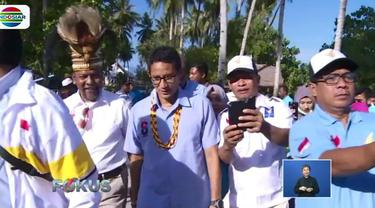 Di pulau yang juga diyakini sebagai awal peradaban Papua ini, Sandiaga berkeliling untuk melihat peninggalan sejarah.