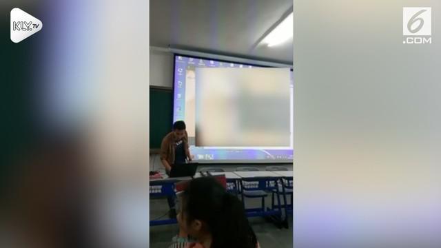Insiden memalukan terjadi saat seorang dosen mengajar di salah satu universitas New Taipei City, Taiwan. Video panas tak sengaja terputar dari laptopnya selama 20 detik.