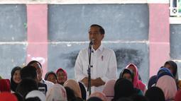 Presiden Joko Widodo atau Jokowi memberi sambutan saat menemui ibu-ibu penerima program Membina Keluarga Sejahtera (Mekaar) di Garut, Jawa Barat, Jumat (18/1). Penerima program Mekaar diutamakan kaum ibu. (Liputan6.com/Angga Yuniar)