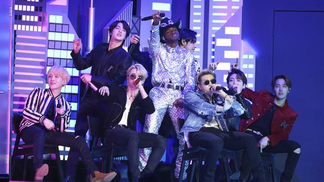 Gaya Kece Bts Saat Tampil Di Grammy Awards 2020 Showbiz Liputan6 Com