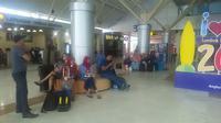 Penumpang di Bandara Internasional Lombok menunggu penerbangan yang dibatalkan akibat erupsi Gunung Agung.  (Liputan6.com/Hans Bahanan)