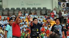 Legenda sepak bola Argentina Diego Maradona (tengah) menyapa penggemarnya saat datang ke Stadion Gelora Bung Karno (GBK), Senayan, Jakarta, Sabtu (29/6/2013). Diego Maradona dikabarkan meninggal dunia karena serangan jantung. (Liputan6.com/Helmi Fithriansyah)