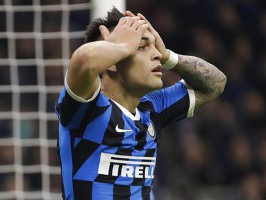 Striker Inter Milan, Lautaro Martinez, tampak kecewa usai gagal mencetak gol ke gawang Napoli pada laga semifinal Coppa Italia di Stadion Giuseppe Meazza, Rabu (12/2/2020). Inter Milan takluk 0-1 dari Napoli. (AP/Luca Bruno)