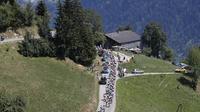 Salah satu pemandangan di puncak Montee de Bisanne saat pebalap melintas pada etape ke11 Tour de France dari Albertville dan finish di La Rosiere Espace San BernardoPrancis (18/7/2018). Etape ini menempuh jarak 108.5 kilometers. (AP/Christophe Ena)