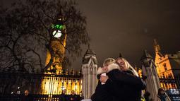 Pengunjuk rasa berpelukan usai pemungutan pemerintah Inggris pada aksi militer terhadap Negara Islam (IS) Suriah di London (2/11). Parlemen Inggris menyetujui serangan udara terhadap kelompok ISIS di Suriah. (AFP PHOTO/CHRIS Ratcliffe)