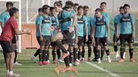Pemain Penang FA Malaysia, Ryuji Utomo melakukan latihan bersama pemain lainnya di lapangan sepak bola JA Centre of Excellence & Shooting Club, Dubai. (Foto: Dokumentasi PSSI)