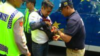 Tiba di Mapolda Metro Jaya, Bobotoh digeledah polisi. (Liputan6.com/Ahmad Romadoni)