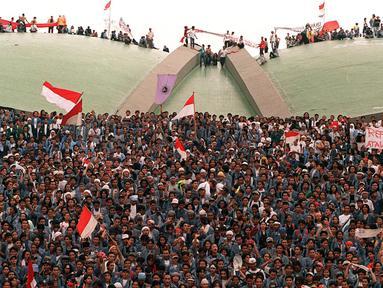 Ribuan mahasiswa menduduki Gedung DPR/MPR, Senayan, Jakarta, pada 19 Mei 1998. Selain menuntut Presiden Soeharto mundur, para mahasiswa juga meminta anggota dewan tidak meninggalkan gedung agar Sidang Istimewa bisa dilakukan secepatnya. (KEMAL JUFRI/AFP)