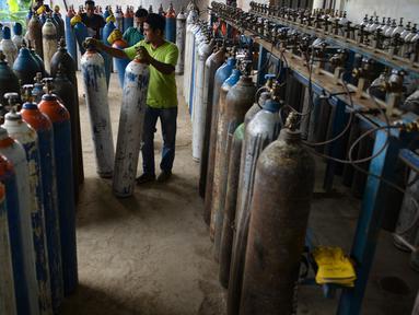Pekerja mengisi ulang tabung oksigen (o2) untuk kebutuhan medis di tempat pengisian ulang di Banda Aceh, Selasa (24/9/2019). Menurut pemilik usaha, permintaan tabung oksigen mengalami peningkatan sehubungan menebalnya kabut asap di sejumlah daerah di Provinsi Aceh. (CHAIDEER MAHYUDDIN / AFP)