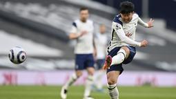 Penyerang Tottenham Hotspur, Son Heung-min, melepaskan tendangan saat melawan Sheffield United pada laga Liga Inggris di London, Minggu (2/5/2021). Tottenham menang dengan skor 4-0. (Justin Setterfield/Pool via AP)