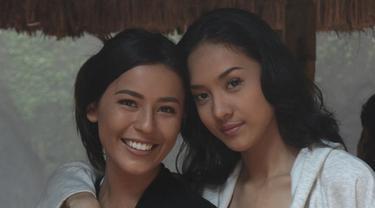 Anya Geraldine bersama Nina Kozok saat syuting film Tusuk Jelangkung di Lubang Buaya
