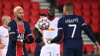 Striker Paris Saint Germain, Kylian Mbappe (kanan), memberikan bola kepada rekannya, Neymar, untuk melakukan eksekusi penalti dalam laga lanjutan Liga Champions 2020/21 melawan RB Leipzig di Parc des Princes Stadium, Paris, Rabu (25/11/2020). PSG mengalahkan Leipzig 1-0. (AFP/Franck Fife)