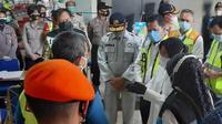 Menteri Sosial Tri Rismaharini mengunjungi Posko Crisis Center Sriwijaya Air SJ 182 di Bandara Soekarno Hatta, Senin (11/1/2021).  (Liputan6.com/ Pramita Tristiawati)