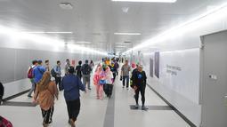 Warga melintas di stasiun MRT Bundaran HI, Jakarta, Selasa (19/2). Stasiun Lebak Bulus memiliki konsep Green Valley, stasiun Haji Nawi dengan konsep Betawi Culture dan stasiun Bundaran HI yang berkonsep International Style. (Liputan6.com/Angga Yuniar)