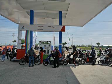 Pemudik sepeda motor mengantre saat mengisi bahan bakar di SPBU kawasan Brebes, Jawa Tengah, Minggu (2/6/2019).  Sejumlah SPBU di Brebes terpantau ramai oleh para pemudik yang mengisi bahan bakar kendaraannya. (Liputan6.com/Herman Zakharia)