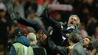 Pelatih Manchester United, Jose Mourinho, diangkat pemain usai menjuarai Piala Europa dengan mengalahkan Ajax Amsterdam pada final Liga Europa di Friends Arena, Stockholm, Rabu (24/05/2017). Manchester United menang 2-0. (EPA/Peter Powell)
