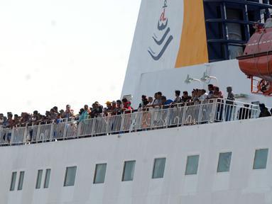 Penumpang berada di KM Dharma Ferry VII saat tiba di Dermaga Gapura Surya Nusantara, Pelabuhan Tanjung Perak, Surabaya, Jawa Timur, Kamis (30/5/2019). Memasuki H-6 Idul Fitri, pemudik yang berasal dari luar pulau Jawa mulai berdatangan. (merdeka.com/Dwi Narwoko)