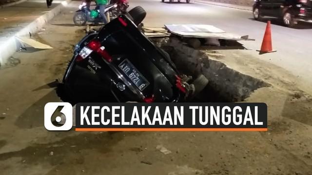 Sebuah minibus dengan nomor polisi B 1249 UIY masuk ke dalam sebuah lubang galian proyek di Jalan DI Panjaitan, Jakarta Timur, Senin (25/11/2019).