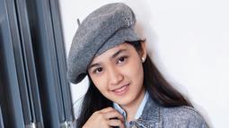 Sering tampil anggun, wanita yang mengawali karier sebagai figuran di sinetron Aisyah ini juga bisa tampil swag dan keren saat pakai jaket denim. Terlebih, wajahnya yang dirias makeup tipi memberikan sisi natural look. (Liputan6.com/IG/cutsyifaa)