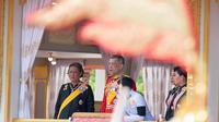 Raja Thailand Maha Vajiralongkorn bersama anggota keluarga kerajaan lainnya mengikuti prosesi kremasi almarhum Raja Bhumibol Adulyadej di Bangkok, Thailand (26/10). (AP Photo/Kittinun Rodsupan)