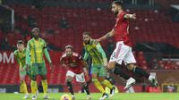 Bruno Fernandes mencetak gol tunggal kemenangan Manchester United atas West Bromwich Albion, pada laga pekan kesembilan Premier League, di Old Trafford, Minggu (22/11/2020) dini hari WIB. (Alex Livesey/Pool via AP)