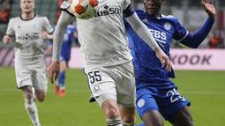 Bek Artur Legia Warszawa Jedrzejczyk berebut bola dengan penyerang Leicester City, Patson Daka pada matchday kedua Grup C Liga Europa 2021/2022 di Polish Army stadium, Kamis (31/9/2021). Leicester City kalah 0-1 di markas Legia Warszawa. (AP Photo/Czarek Sokolowski)