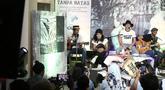"""Aksi personil band Slank saat pembukaan pameran foto dan peluncuran buku """"Tanpa Batas"""" bersama #KLYLOUNGE di Jakarta, Jumat (14/12). Fotografer Tjandra Moh Amin meluncurkan buku Tanpa Batas Slank. (Liputan6.com/Herman Zakharia)"""